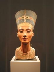 450px-Nefertiti_bust_(front)